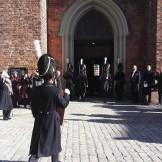 Skölden bärs in i Riddarholmskyrkan.